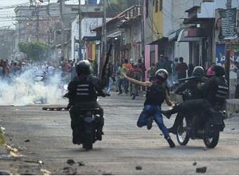 [ẢNH] Đấu súng dữ dội dọc biên giới Venezuela - Colombia - Ảnh 2.