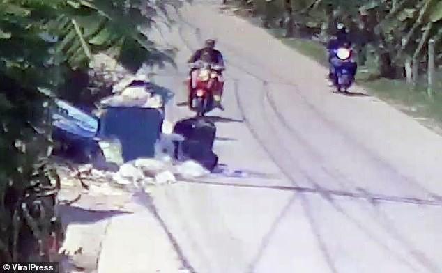Hình ảnh gây sốc: Ác mẫu tự tay vứt con mới sinh còn nguyên dây rốn vào bãi rác, trên đường đi còn chở theo đứa lớn hơn - Ảnh 1.