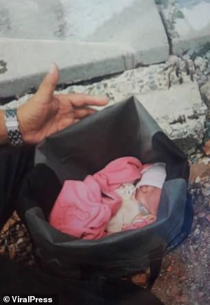 Hình ảnh gây sốc: Ác mẫu tự tay vứt con mới sinh còn nguyên dây rốn vào bãi rác, trên đường đi còn chở theo đứa lớn hơn - Ảnh 2.