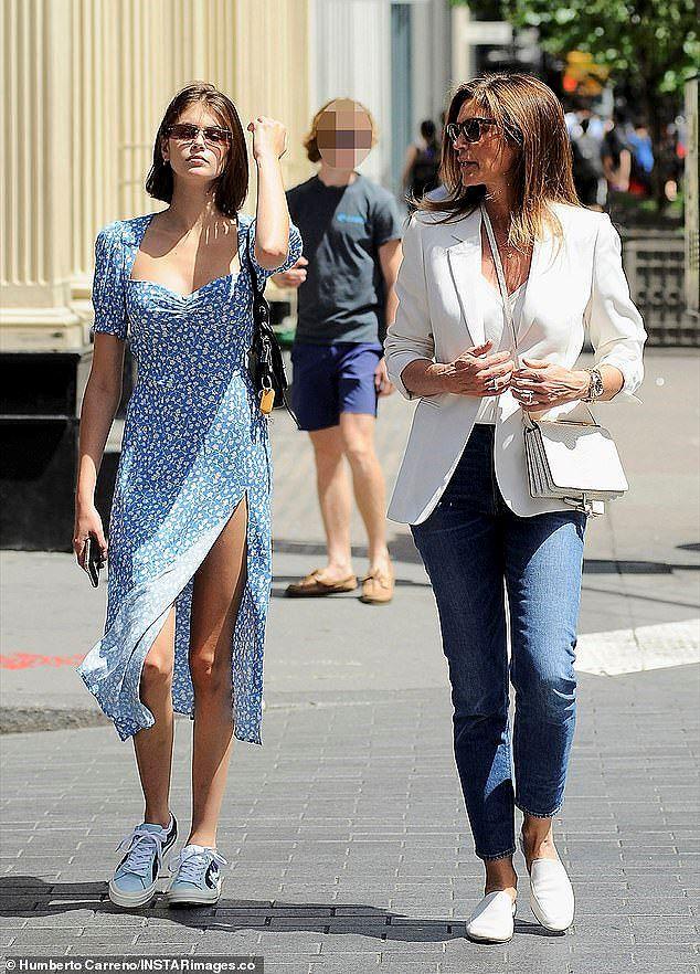 Cindy Crawford cùng con gái xinh như mộng xuống phố - Ảnh 1.