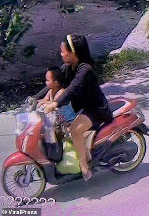 Hình ảnh gây sốc: Ác mẫu tự tay vứt con mới sinh còn nguyên dây rốn vào bãi rác, trên đường đi còn chở theo đứa lớn hơn - Ảnh 3.