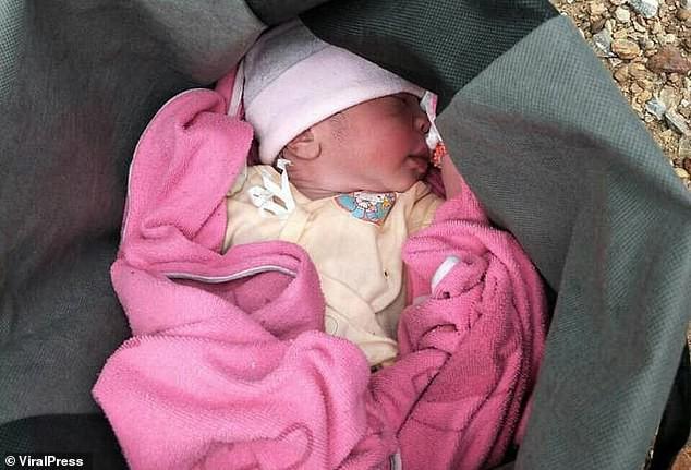 Hình ảnh gây sốc: Ác mẫu tự tay vứt con mới sinh còn nguyên dây rốn vào bãi rác, trên đường đi còn chở theo đứa lớn hơn - Ảnh 4.