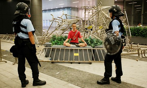 Biểu tình dữ dội bùng nổ ở Hong Kong, giao thông tê liệt hoàn toàn - ảnh 5