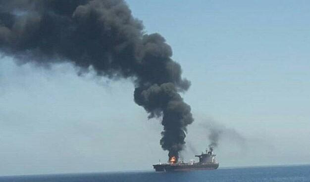 NÓNG: Hạm đội 5 Mỹ nhận tín hiệu khẩn nguy của 2 tàu dầu bị tấn công - 1 tàu 75.000 tấn vừa chìm? - Ảnh 4.