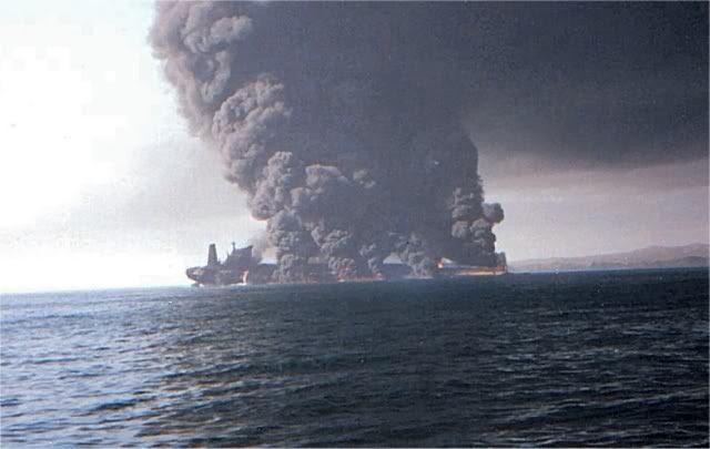 NÓNG: Hạm đội 5 Mỹ nhận tín hiệu khẩn nguy của 2 tàu dầu bị tấn công - 1 tàu 75.000 tấn vừa chìm? - Ảnh 2.