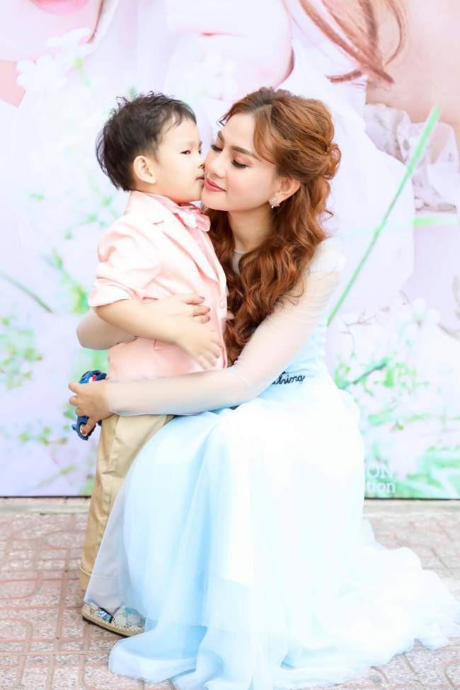 Chuyện tình chị - em showbiz Việt - người ít cũng phải kém 1 thập kỷ: Khi tình trẻ sẵn sàng làm chỗ dựa cho người phụ nữ trải qua nhiều giông bão - Ảnh 3.
