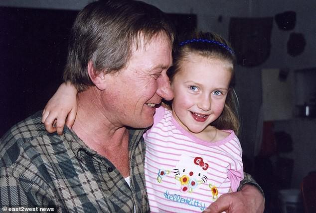 Người bố tự tay đỡ đẻ khi con gái ông chào đời năm 1999.