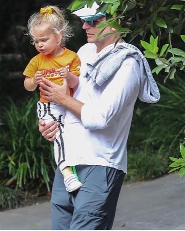 Bradley Cooper buồn bã một mình bế con ra phố sau thông tin chia tay siêu mẫu Irina Shayk vì mải mê chạy theo Lady Gaga - Ảnh 2.