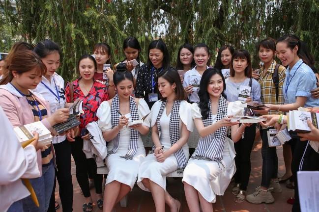 Hoa hậu Ngọc Hân, Hoa hậu Mỹ Linh và Diễn viên Lương Thanh đồng hành cùng Hành trình Từ Trái Tim Vùng núi cao ký tặng sách đến thanh niên vùng núi cao địa đầu Tổ quốc.