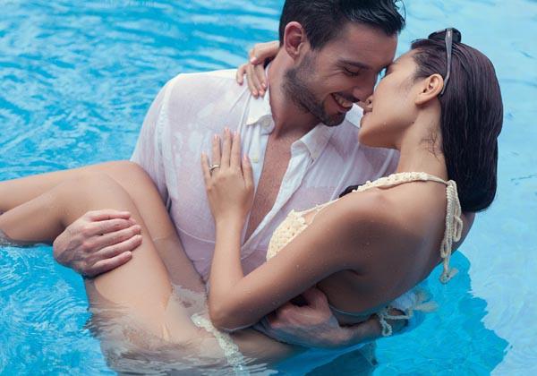 Mặc bikini nóng bỏng, 3 người đẹp thoải mái khi chụp ảnh được bế bổng - ảnh 3