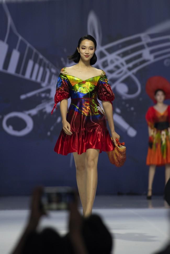 Hoa hậu Thủy Tiên làm vedette trong show của NTK Đỗ Trịnh Hoài Nam tại Hàn Quốc - ảnh 1