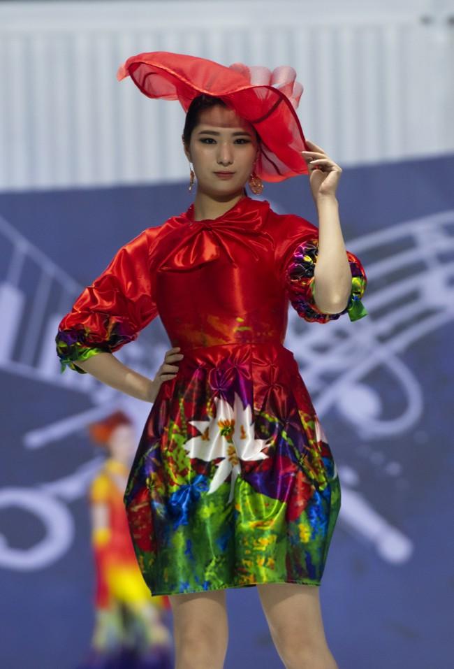 Hoa hậu Thủy Tiên làm vedette trong show của NTK Đỗ Trịnh Hoài Nam tại Hàn Quốc - ảnh 2