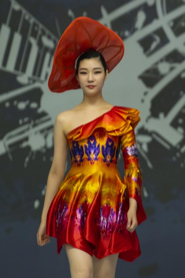 Hoa hậu Thủy Tiên làm vedette trong show của NTK Đỗ Trịnh Hoài Nam tại Hàn Quốc - ảnh 3