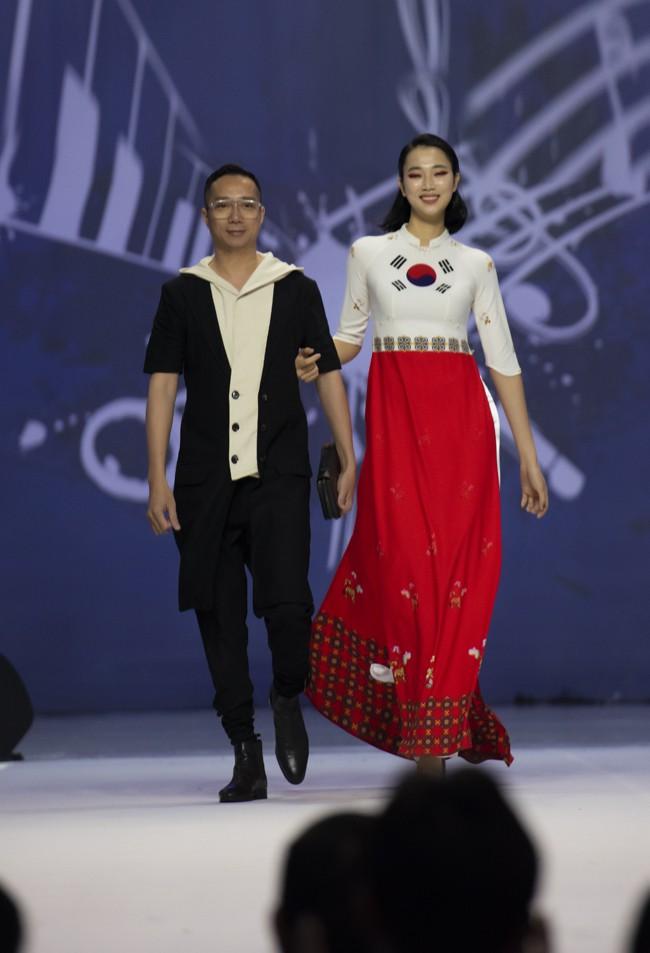 Hoa hậu Thủy Tiên làm vedette trong show của NTK Đỗ Trịnh Hoài Nam tại Hàn Quốc - ảnh 5