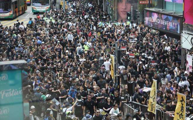 Biển đen ở Hong Kong: Người biểu tình chiếm đóng các ngả đường chính, Đặc khu trưởng buộc phải xin lỗi - Ảnh 32.