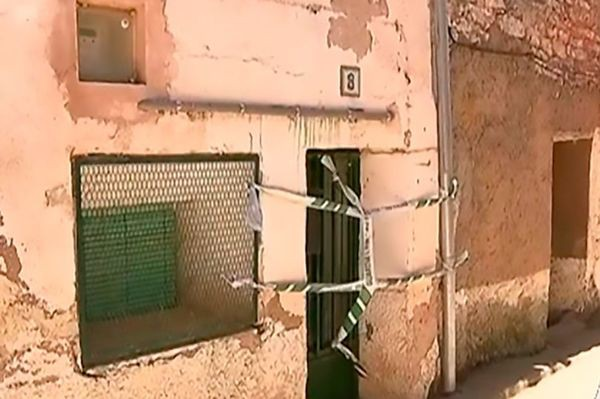 Hai con giết mẹ già rồi đổ bê tông chôn xác trong tường gây rúng động - Ảnh 1.