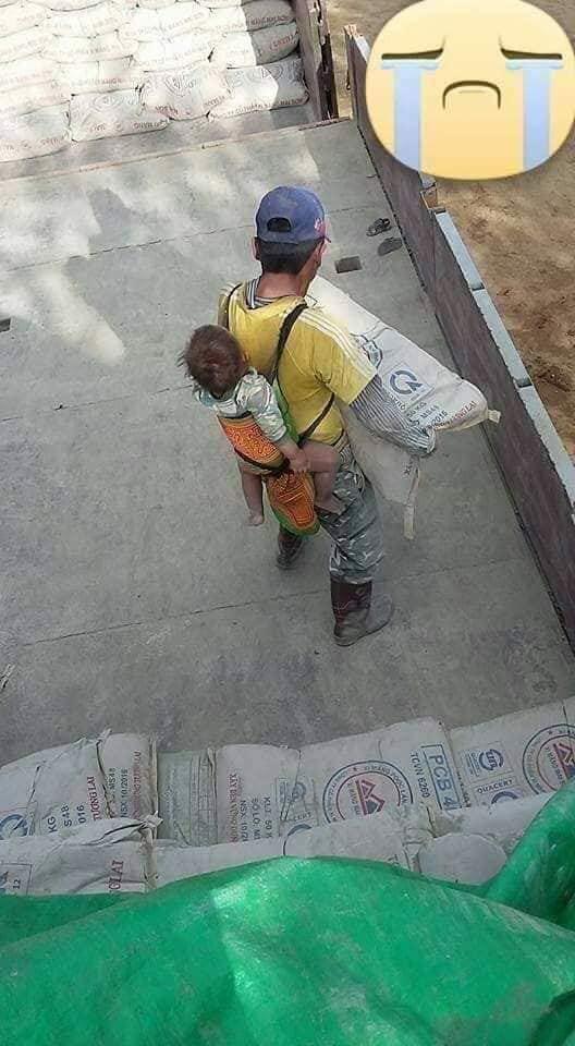 Bốc xi măng giữa trời nắng, ông bố vẫn địu con sau lưng khiến nhiều người xót xa - ảnh 3