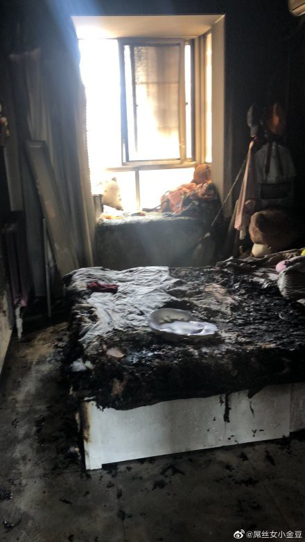 Sốc với cảnh căn phòng bị cháy đen vì hỏa hoạn do cắm sạc iPhone - Ảnh 1.
