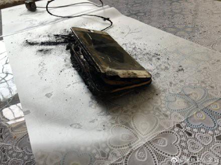 Sốc với cảnh căn phòng bị cháy đen vì hỏa hoạn do cắm sạc iPhone - Ảnh 3.