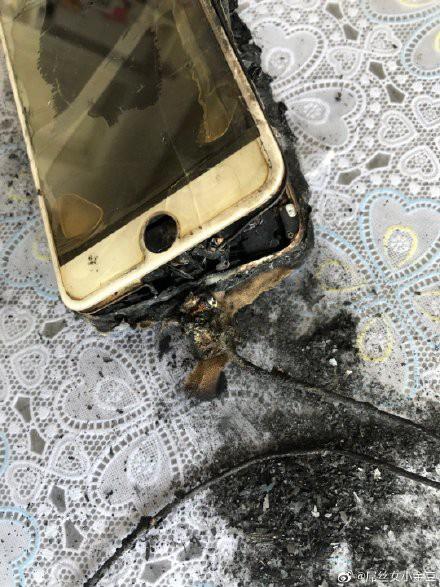 Sốc với cảnh căn phòng bị cháy đen vì hỏa hoạn do cắm sạc iPhone - Ảnh 4.