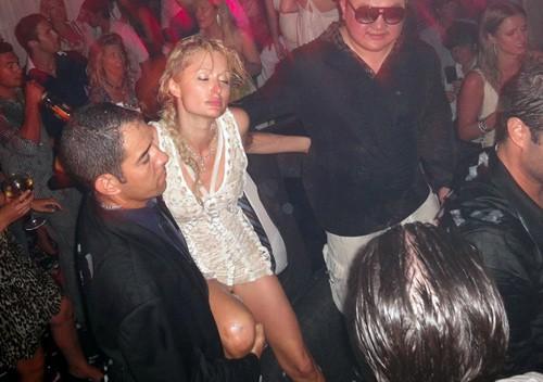 Paris Hilton: Tiểu thư triệu USD hết thời, chảnh chọe khiến toàn bộ báo chí tức giận bỏ về - Ảnh 4.