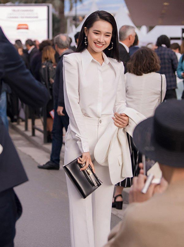 Nhã Phương mặc sexy, đeo trang sức cả tỷ đồng khi làm vợ Trường Giang - Ảnh 2.