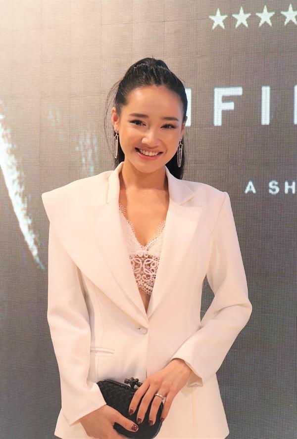 Nhã Phương mặc sexy, đeo trang sức cả tỷ đồng khi làm vợ Trường Giang - Ảnh 5.