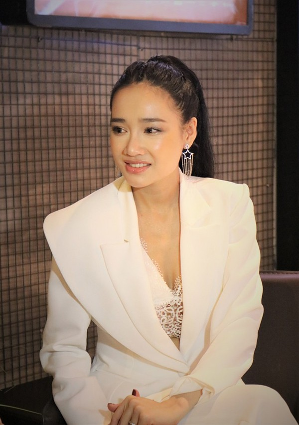 Nhã Phương mặc sexy, đeo trang sức cả tỷ đồng khi làm vợ Trường Giang - Ảnh 4.