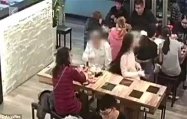 Cô gái bị người đàn ông ngồi cạnh hắt cả nồi lẩu vào mặt chỉ vì lý do nhỏ nhặt này - Ảnh 1.