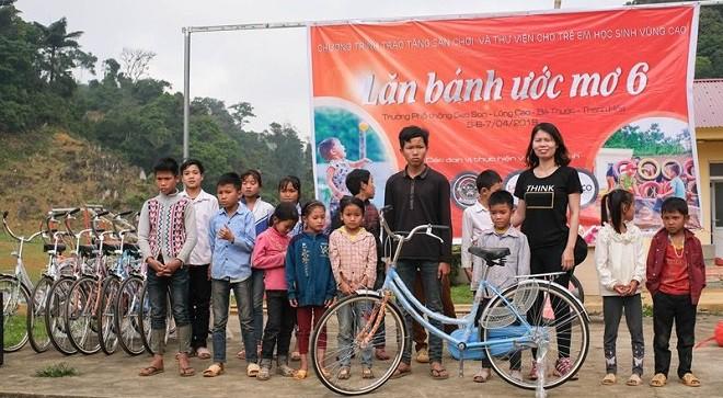 Trao tặng sân chơi từ lốp xe tái chế cho trẻ em khó khăn - Ảnh 2.