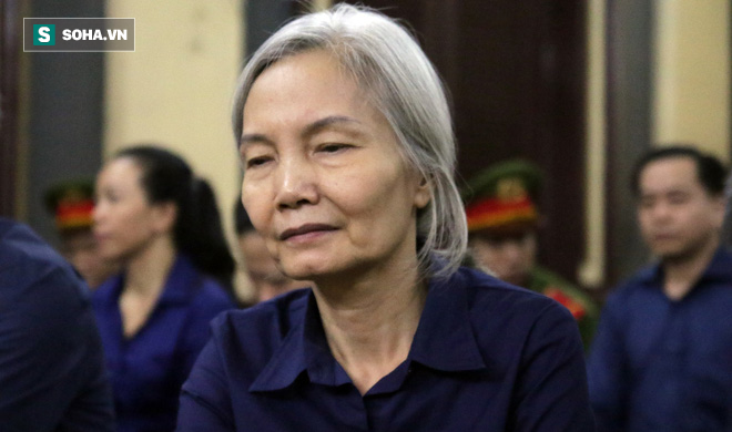 Bà trùm tóc bạc trắng của Ngân hàng Đông Á bị sốc, phải dìu ra ngoài khi nghe tòa tuyên án - Ảnh 1.