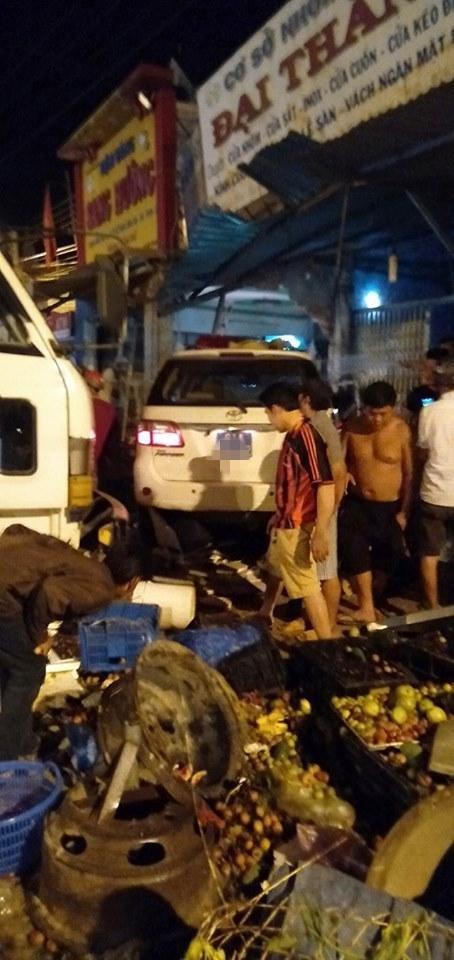 Clip: Hiện trường xe CSGT tông người rồi lao vào nhà dân ở Bình Dương gây xôn xao - Ảnh 2.