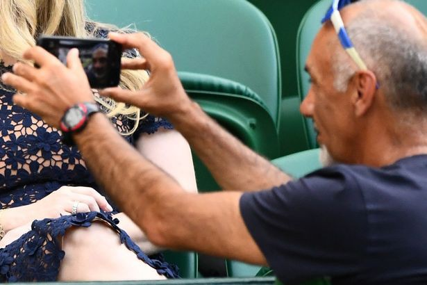 Người đàn ông bị nhắc nhở thực chất đang chụp ảnh tự sướng.