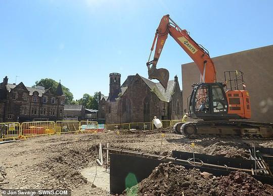 Kho báu và hài cốt ngàn năm xuất hiện ở công trường xây dựng - Ảnh 4.