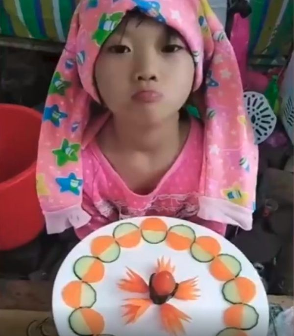 Đằng sau kỹ năng dùng dao điêu luyện gây sốt MXH là số phận thương cảm của cô bé 6 tuổi - Ảnh 3.