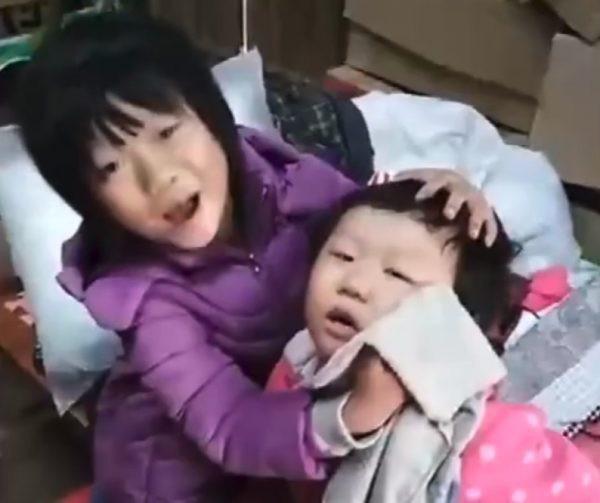 Không chỉ nấu ăn, Lưu còn thay mẹ dạy dỗ, chăm lo cho em trai từng chút một.