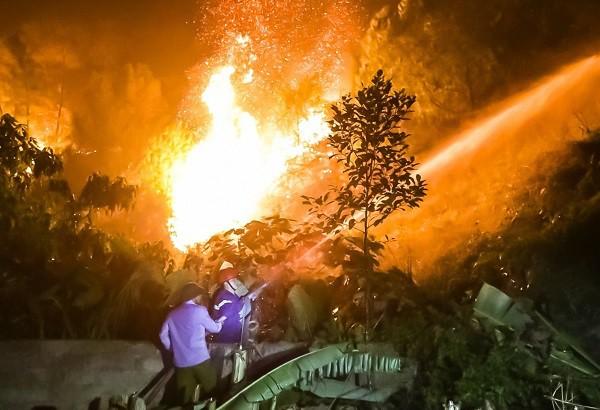 Toàn cảnh vụ cháy rừng thông trong đêm, lực lượng chức năng trắng đêm canh rừng - Ảnh 6.