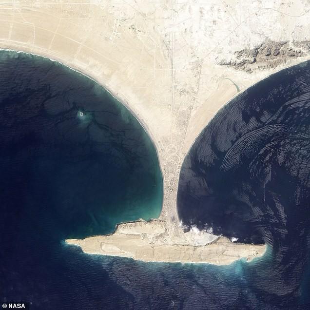 Hòn đảo được xây dựng bằng tính mạng của 800 người đã chính thức biến mất, tồn tại vỏn vẹn 6 năm - Ảnh 2.