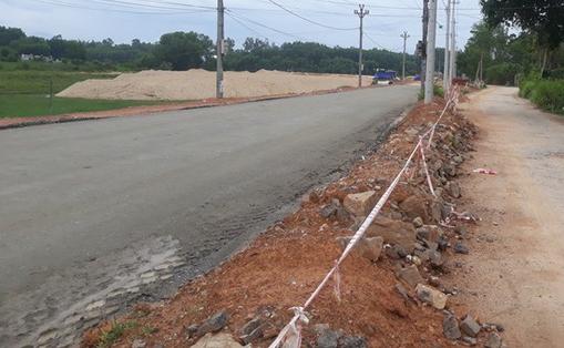 Quảng Ngãi chi 70 tỉ đồng làm 1,4 km đường dẫn vào khu nghĩ dưỡng tắm bùn  - Ảnh 1.