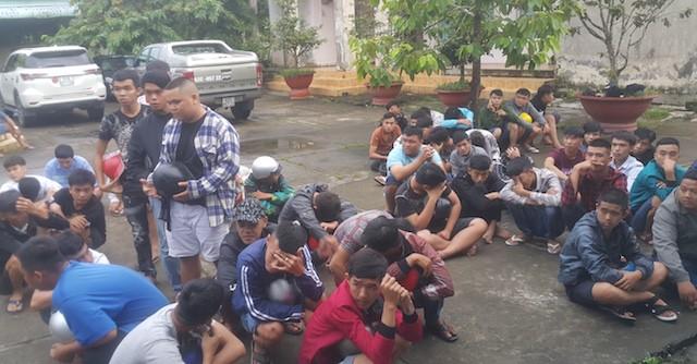 Cảnh sát vây bắt 140 thanh niên đua xe và cổ vũ đua xe trên quốc lộ 1 - Ảnh 2.