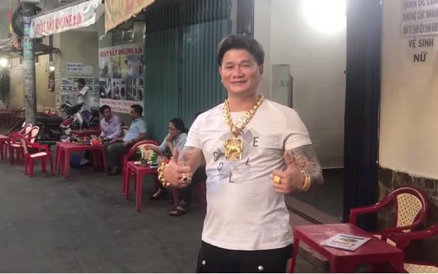 Cặp vợ chồng nói về việc đeo cả trăm lượng vàng đứng bán ốc ở Sài Gòn: Mình có tiền, có khả năng mua thì cứ đeo - Ảnh 1.