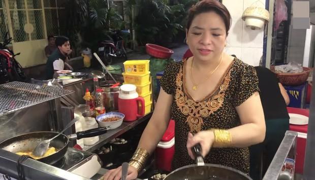 Cặp vợ chồng nói về việc đeo cả trăm lượng vàng đứng bán ốc ở Sài Gòn: Mình có tiền, có khả năng mua thì cứ đeo - Ảnh 2.