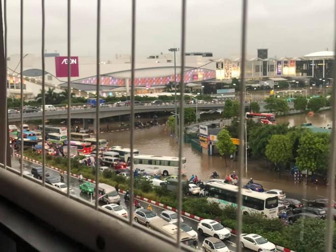 Đường Hà Nội biến thành sông, ô tô ở Thái Nguyên ngập tới nóc trong sáng nay là do đâu? - Ảnh 1.
