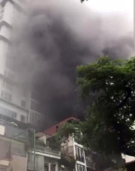 Hà Nội: Cháy cửa hàng quần áo, nam thanh niên hoảng loạn chui xuống gầm giường, bị ngạt khói - Ảnh 1.
