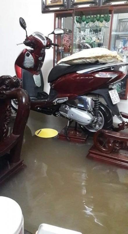 Hàng loạt ô tô, xe máy chìm nghỉm trong trận ngập khủng khiếp ở TP Thái Nguyên - Ảnh 5.