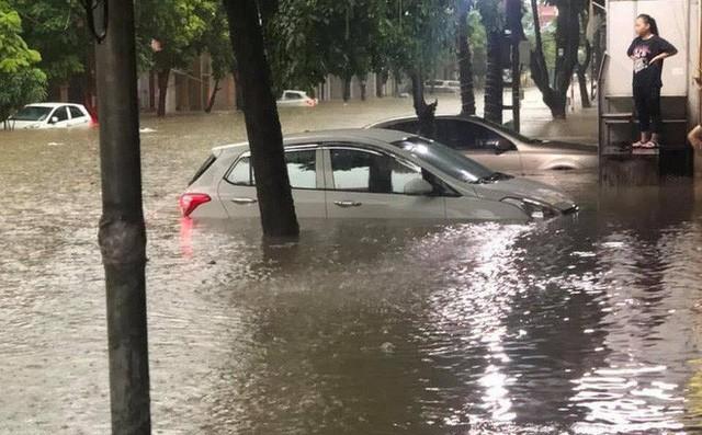 Hàng loạt ô tô, xe máy chìm nghỉm trong trận ngập khủng khiếp ở TP Thái Nguyên - Ảnh 3.