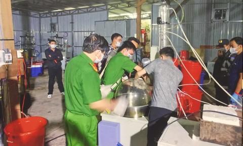 Triệt phá xưởng sản xuất ma túy của người TQ cầm đầu: Hàng trăm CA đột kích, thu 13 tấn hóa chất, tiền chất - Ảnh 3.