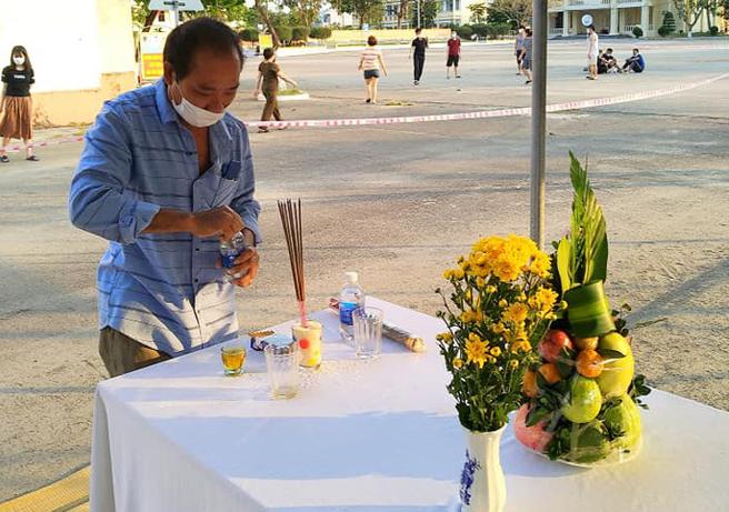 Trở về từ Malaysia, người đàn ông Nghệ An chịu tang cha già tại khu cách ly ở Đà Nẵng - Ảnh 1.