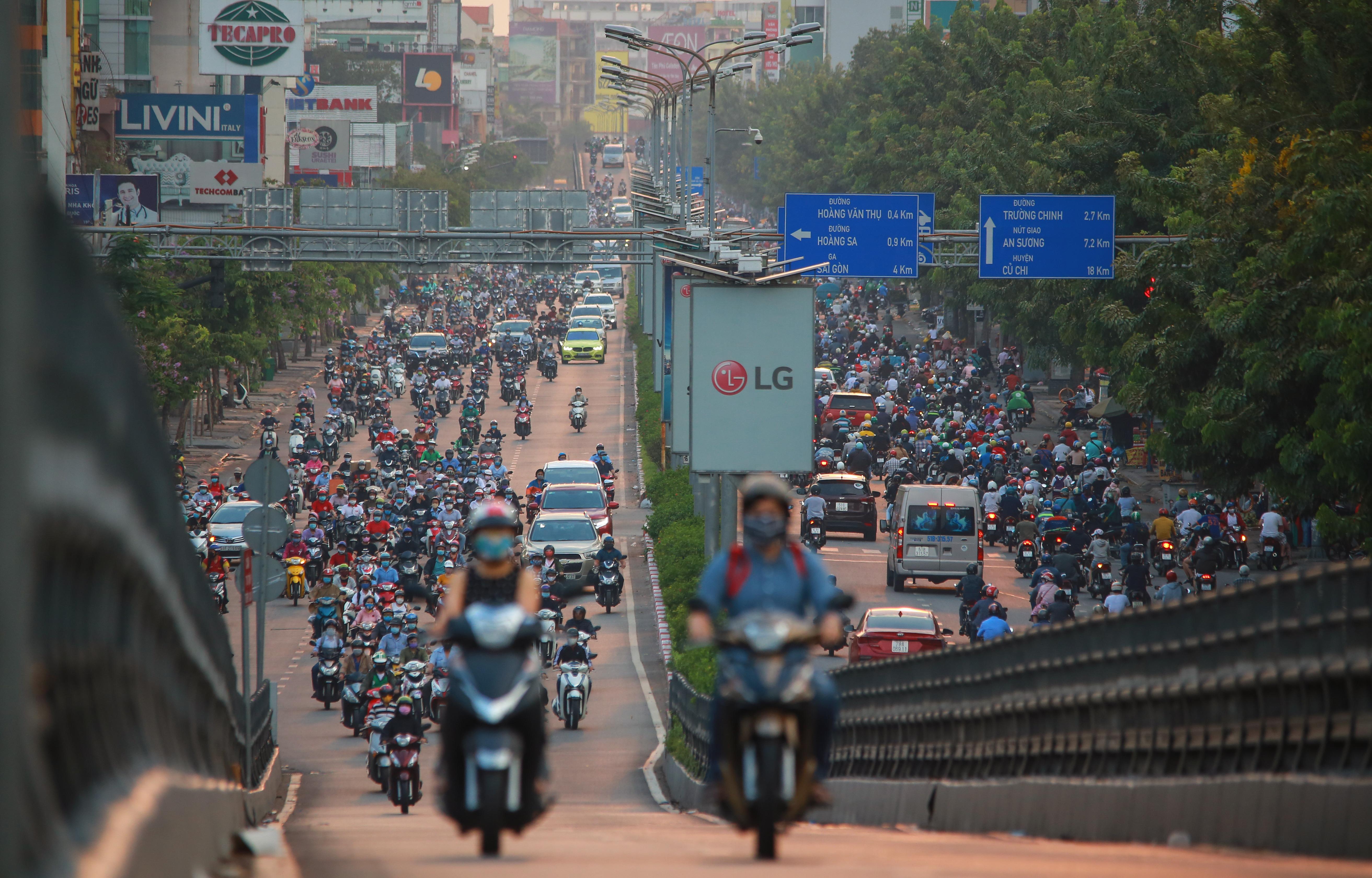 Sài Gòn đông đúc khi sắp kết thúc đợt cách ly toàn xã hội 14 ngày - Ảnh 6.