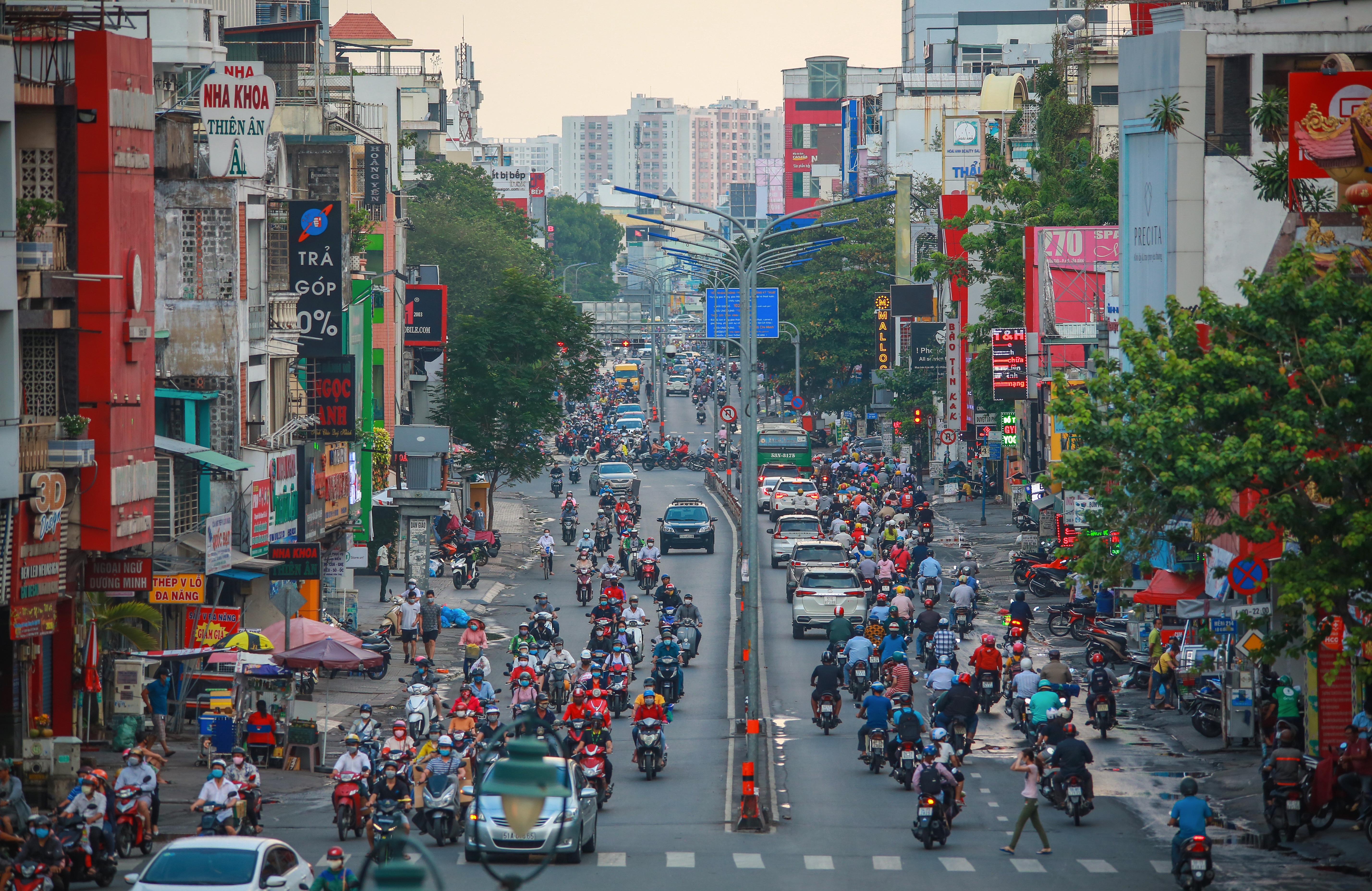 Sài Gòn đông đúc khi sắp kết thúc đợt cách ly toàn xã hội 14 ngày - Ảnh 5.